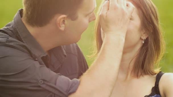 Portré, fiatal pár, átölelve, hogy boldog szabadban naplemente szerelem