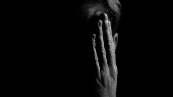 Boldogtalan szomorú férfi a depresszió és a mentális egészségügyi problémák