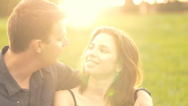 Vonzó boldog fiatal kaukázusi férfi női pár szerelmi együtt naplemente