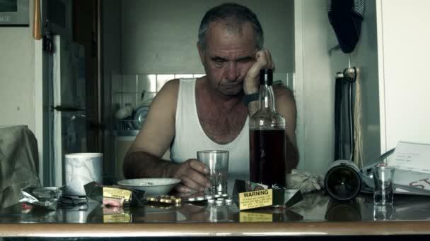 Alkoholiker leidet unter Drogeneinfluss von Alkoholismus und Depression