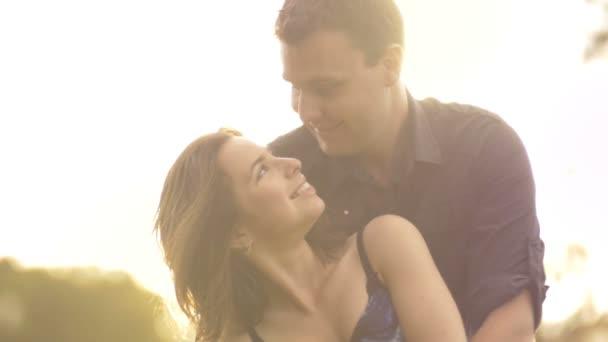 romantikus pár a szabadban szórakozik