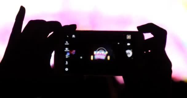 Rajongója a rock zene koncertet okos mobiltelefon használata