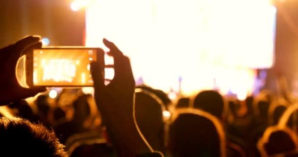 Dav koncert na akci fázi živá hudba