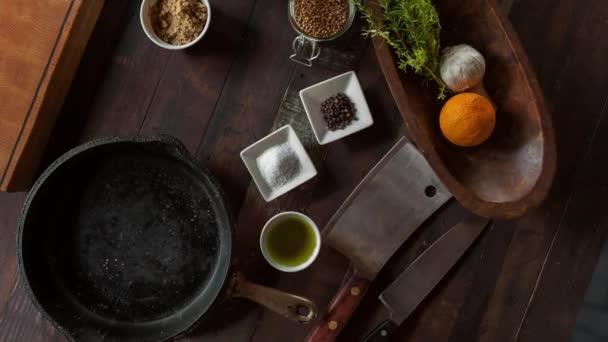 Potraviny a koření na dřevěný stůl