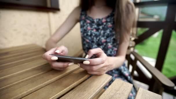 női kezek textil smartphone a városban