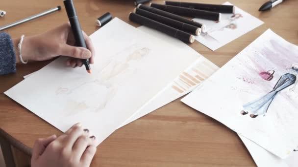 Ženské módní návrhář kreslení skici pro oblečení