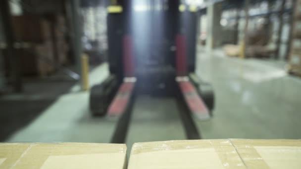 Targonca segítségével egy raklapot szállító a raktárban