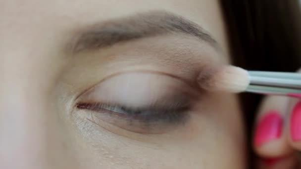 Vizážistka dělá modely oční make-up. Closeup