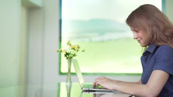 Portrét krásné ženy pracují na přenosném počítači v kanceláři