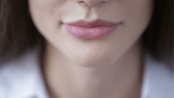 Krása portrét, krásná žena, usmála se na kameru. Bílé zuby
