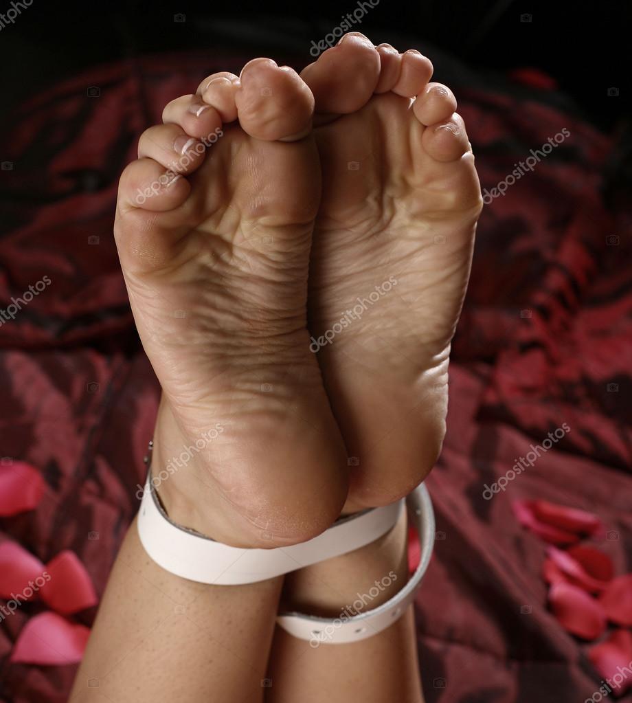 завязали женщине ножки - 4