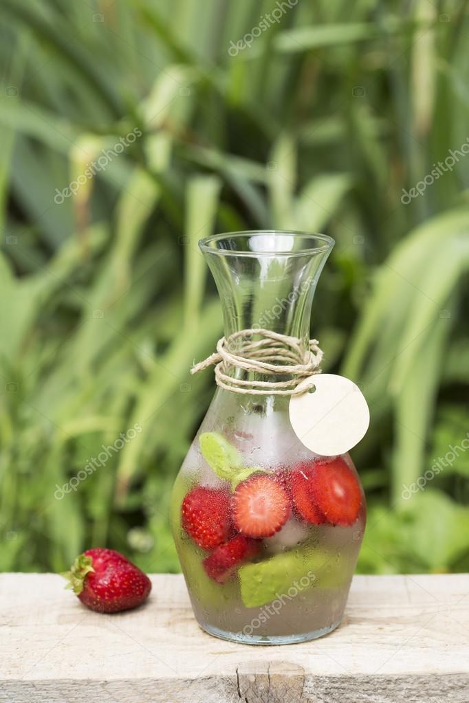 Detox Getränk in einer Glasflasche — Stockfoto © TeodoraD #115017986