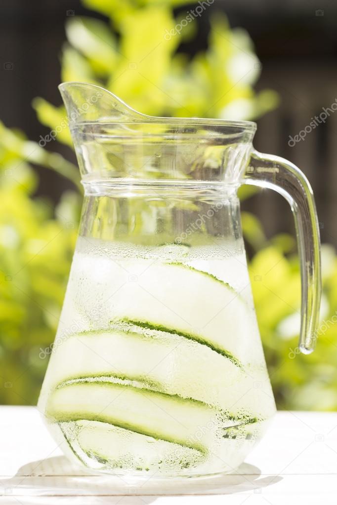 Detox Getränk in einen Krug — Stockfoto © TeodoraD #115019590