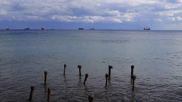 Kostra ze starého mola a lodě na moři