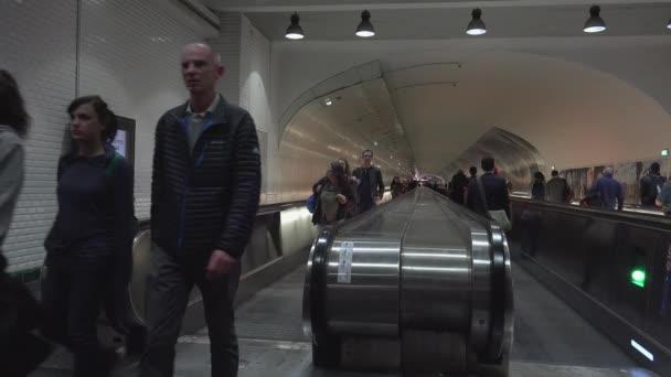 Paříž, Francie, cca května 2016: Transfer místo se spoustou lidi dojíždějící rychle na nádraží Montparnasse-Bienvenue, Paříž, Francie, Ultra Hd 4k, reálném čase