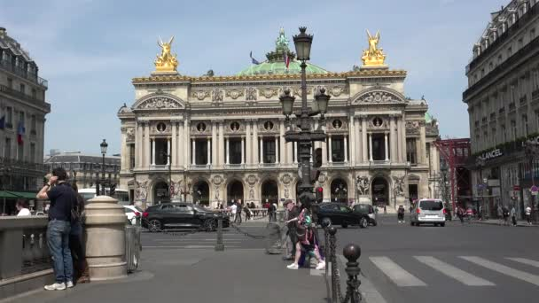 Editorial Paříž, Francie – 26. května 2016, palác opery Palais Garnier v Paříži, automobilové dopravy, lidé Pass a Double Decker Bus, Ultra Hd 4k