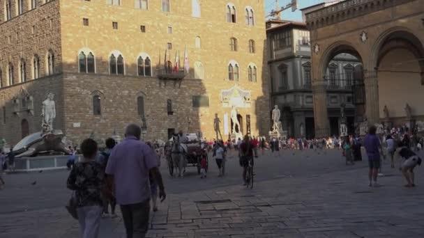 Editorial-Florencie, Itálie-cca 2016: Palazzo Vecchio a náměstí Piazza della Signoria - světového dědictví UNESCO v Tuscany.It je místem setkání Florenťané, stejně jako četné turisty. Ultra Hd 4k, reálném čase