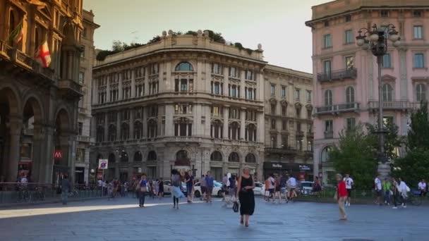 Editoriale-Milano, Italia-CA maggio 2016: la folla di persone che attraversano la strada nella luce del tramonto vicino Duomo, Cattedrale di Milano. Gente per strada, Ultra Hd 4K, tempo reale