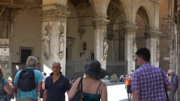 editorial-siena, italien, toscana-circa 2016: das berühmte haus loggia della mercanzia in siena italien, ausschnitt der fresken des gewölbes, ultra hd 4k, echtzeit