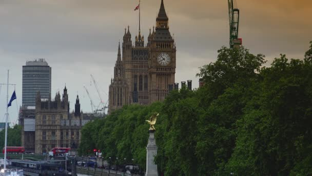 London, Vereinigtes Königreich, ca. 2019: Fahrzeug- und Fußverkehr in der Nähe des als Big Ben bekannten Uhrenturms in London, mit Videomaterial aufgeräumt.