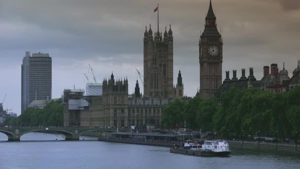 Londýn, Uk, circa 2019: Dopravní prostředek a noha poblíž Hodinové věže známé jako Big Ben V Londýně, záběry očištěné videodenoisérem.