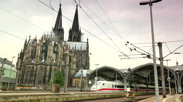 Köln, Deutschland: Außenansicht des Kölner Bahnhofs mit ein- und ausfahrenden Zügen und dem Dom im Hintergrund. Ultra HD 4k, Echtzeit, Zoomen