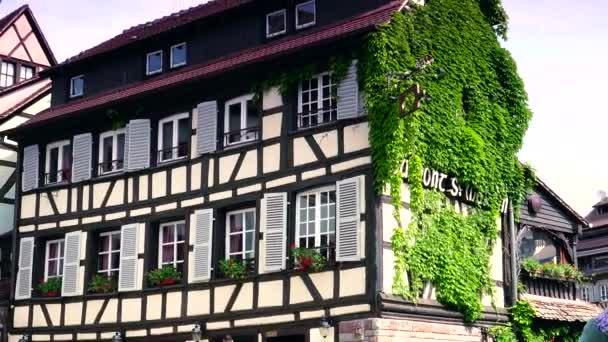 strasbourg, france-circa 2016: malerisches altes haus im viertel la petite france in strasbourg, ultra hd 4k, echtzeit