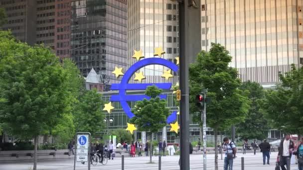 Frankfurt, Deutschland: berühmtes deutsches Stadtsymbol Eurozeichen Frankfurt ikonisches deutsches Wahrzeichen, ultra hd 4k, Echtzeit