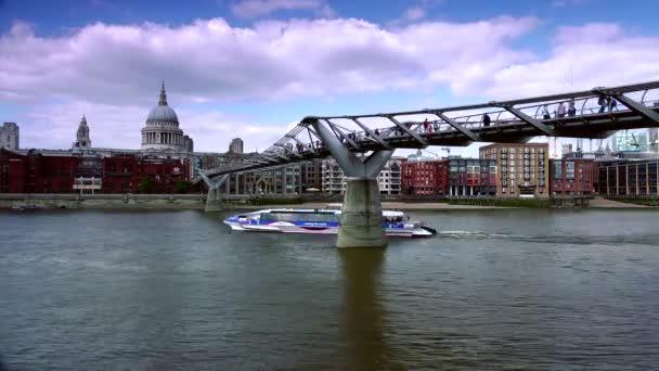 Londýn: lidé, kteří se prochází přes most milénia v Londýně ve Spojeném království. Je to zavěšovací most s celkovou délkou 370 m (1 214 ft) a šířkou 4 metry (13 ft). reálný čas, UltraHD 4k, Lupa