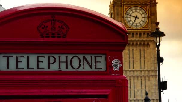 Londýn: dopravní a pěší doprava poblíž Big Ben v Londýně, Velká Británie. Big Ben se stal ikononickým symbolem Spojeného království a Londýna, Anglie. Ultra HD, UHD, 4k, Lupa, reálný čas