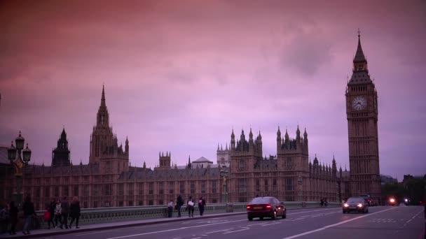 Londýn: doprava v blízkosti domů parlamentu a Big Ben v Londýně. Westminsterský palác je místem na UNESCO. Ultra HD 4k, reálný čas, zvětšování