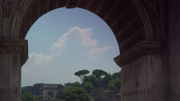 das römische forum (forum romanum, foro romano) ist ein rechteckiges forum, umgeben von den ruinen mehrerer wichtiger alter regierungsgebäude im zentrum der stadt rom.
