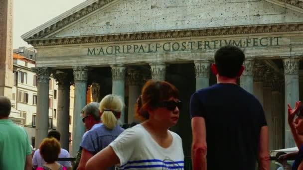 Róma: a turisták látogatása Róma közelében a Pantheon-ban Olaszországban. Pantheon egy híres emlékmű az ókori római kultúra, a templom az összes istenek, épült a második században. Ultra HD 4k, valós idejű,