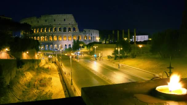 Berufsverkehr auf der Straße in der Nähe des Kolosseums und Konstantinbogens, Zeitraffer, 4k, Zoomen