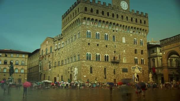 Florencie, Itálie: turisté čekají na vstup do Palazzo Vecchio, Florencie, Itálie. Palazzo Vecchio je městská síň Florencie a patří k nejpůsobivějším městským síním v Toskánsku. čas propadá, 4k