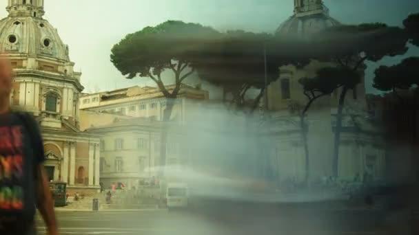 Řím: pohled na ulici Via Dei Fori Imperiali v Římě. Podél ulice leží hlavní památky Říma-starověké fóra, koloseta atd..