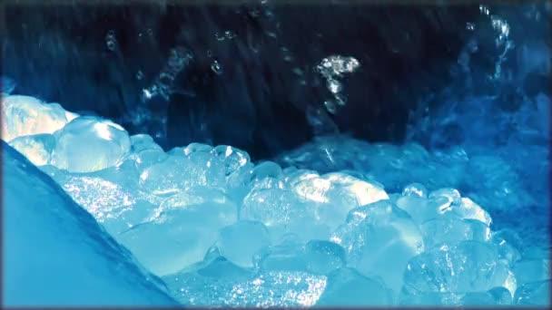 Nézd a fagyott hó, a víz áramlik, egy hegyi patak, napfény, természet, télen, közel a Crystal Icicle fel