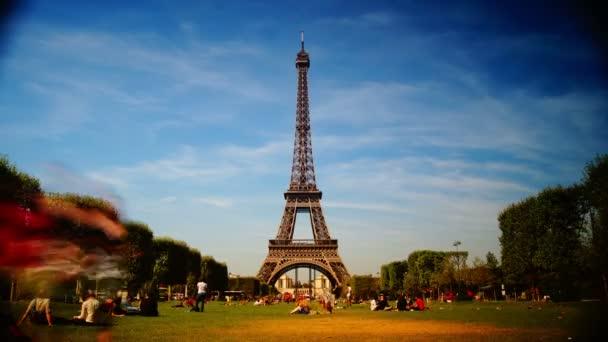 La Tour Eiffel. Pohled na Eiiffelovu věž od Champde Mars v pařížském časovém zániku