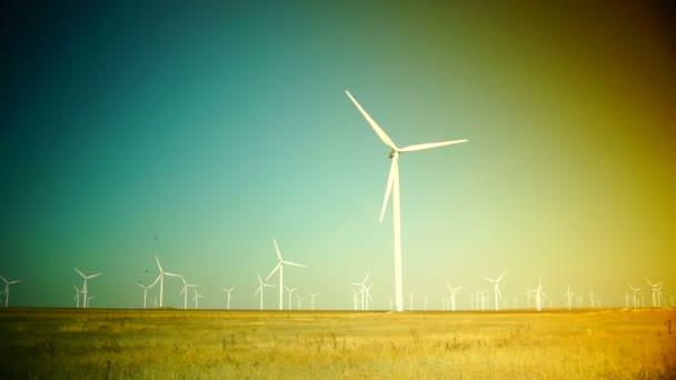 Moderne turbine generando energia sostenibile in un campo, Hd, in tempo reale