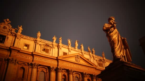 Sunrise in St Peters Square in Vatican, pan, real time,hd