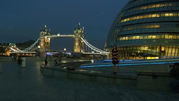 Londýn, Anglie: hodina spěchá v Londýně, výhled na věž Bridge, čas zanikne, 4k