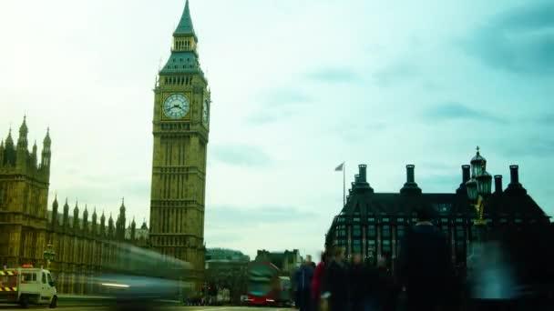 Londýn, Velká Británie: provoz a chodci na Westminsterském mostě s Big Benem v Londýně ve Spojeném království. doba platnosti