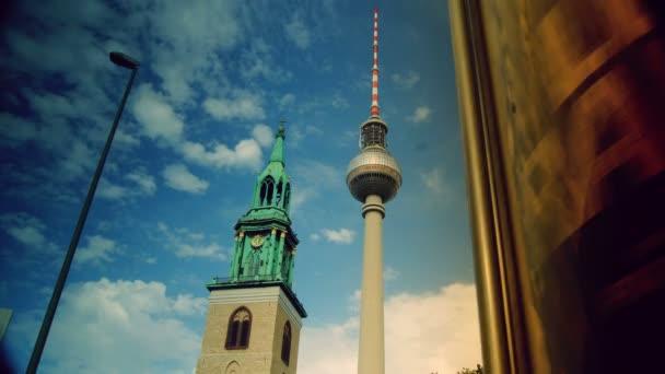 Fernsehturm (Fernsehturm) befindet sich am Alexanderplatz in Berlin, Deutschland, Zeitraffer, 4k