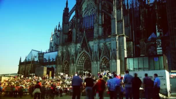 Köln, Deutschland: die Nordseite des Kölner Doms in Köln. Der Kölner Dom ist eine berühmte mittelalterliche Kirche. Touristen und Spaziergänger ruhen auf den Stufen der Kathedrale. Zeitraffer, 4k