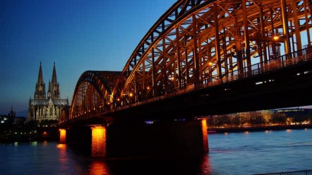 Deutschland Kölner Dom und Brücke, Zeitraffer, Sonnenuntergang, 4k