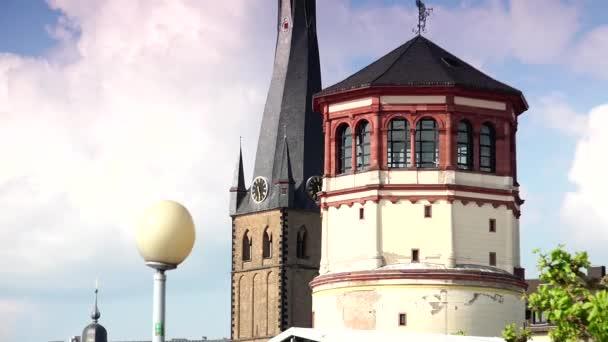 düsseldorf, deutschland: schlossturm turm und basilika st lambertus.ultra hd 4k, echtzeit, zoom