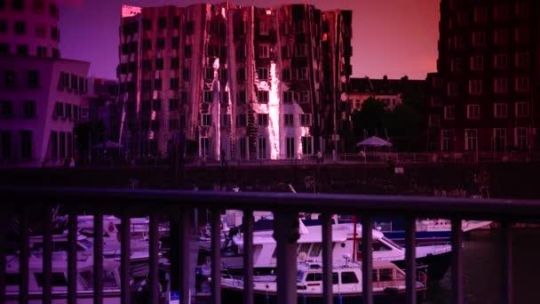 Düsseldorf, Deutschland: Frank o. Gehrys verzerrte Gebäude und der Rheinturm im Medienhafen in Düsseldorf. Ultra HD 4k, Echtzeit, Zoom