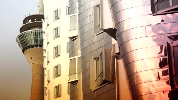 Dusseldorf, Německo: zdeformované budovy Franka O. Gehrona a rhinetower v okrese Media Harbor v Dussseldorfu. Ultra HD 4k, reálný čas, Lupa