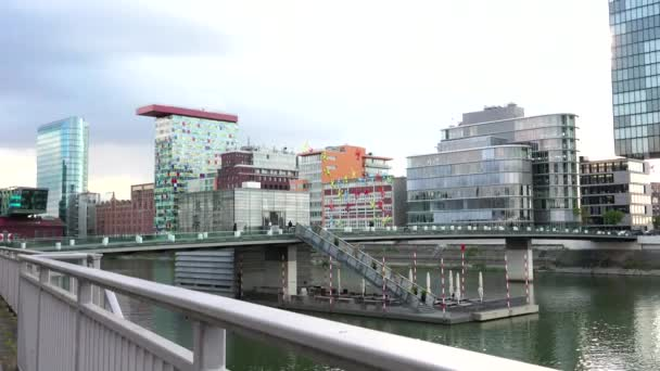 Düsseldorf, Deutschland: Der Düsseldorfer Hafen beherbergt spektakuläre postmoderne Architektur, ultra hd 4k