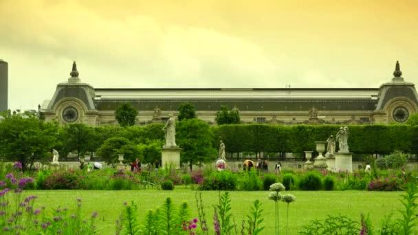 Paříž, Francie: turisté a Pařížané relaxující v Tuileriích zahradě, jeden z nejslavnějších a romantických parků města. Ultra HD 4k, reálný čas, zvětšení